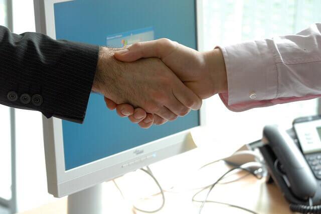 Duas pessoas da Rússia e Brasil apertando as mãos