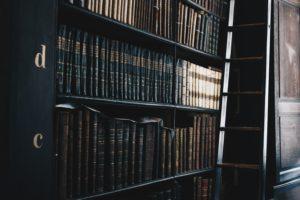 Livros de direito do trabalho no brasil em uma prateleira