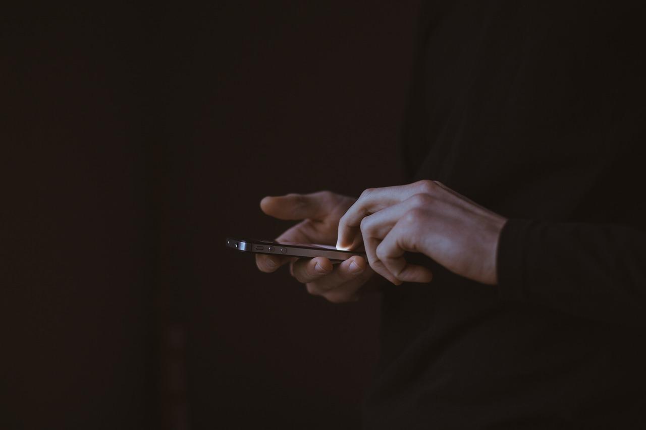 Un hombre con un móvil, podría estar buscando una fundempresa