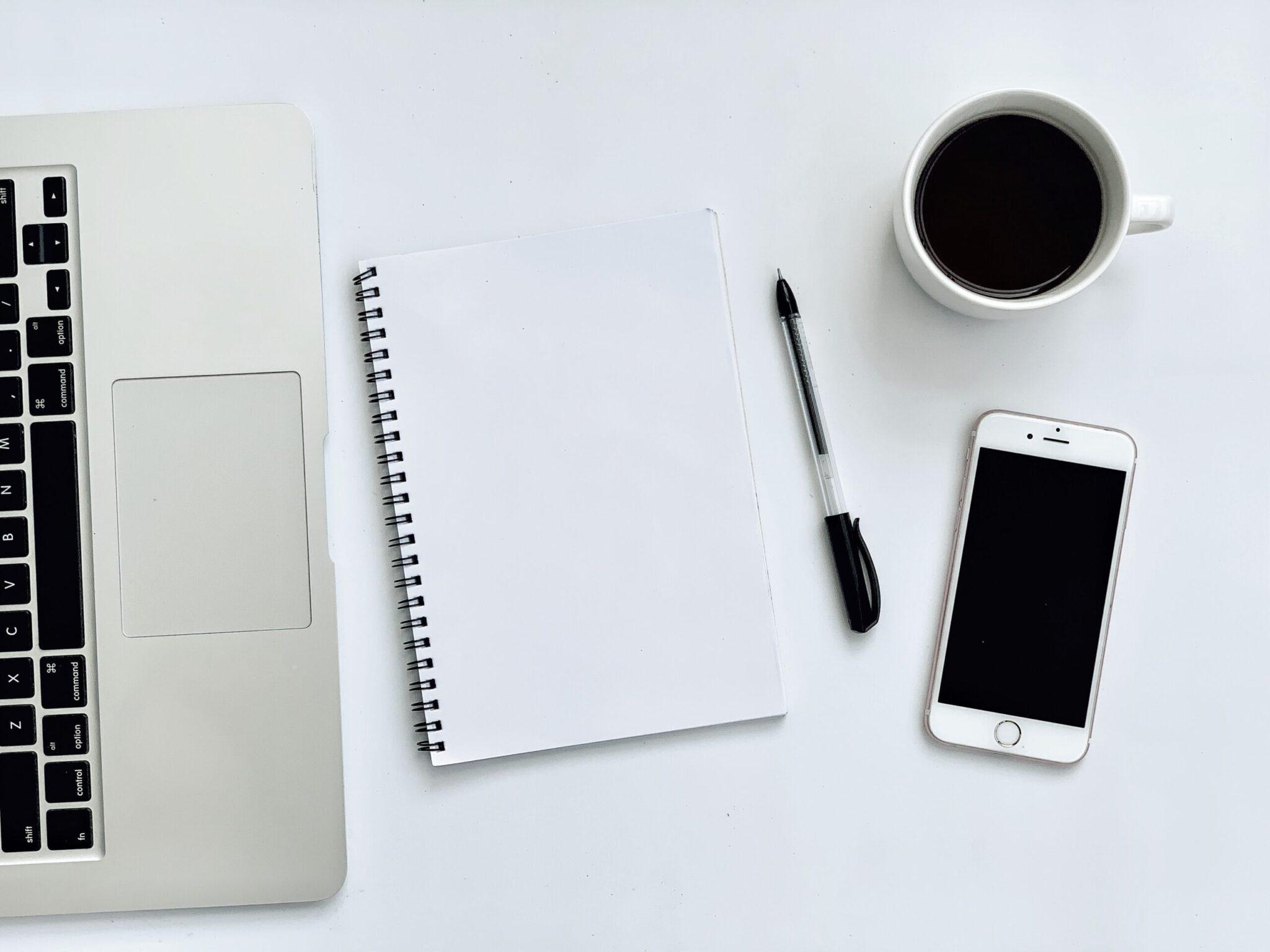 Telefone celular e computador provando o que setor de ESCs poderá se tornar 100% digital